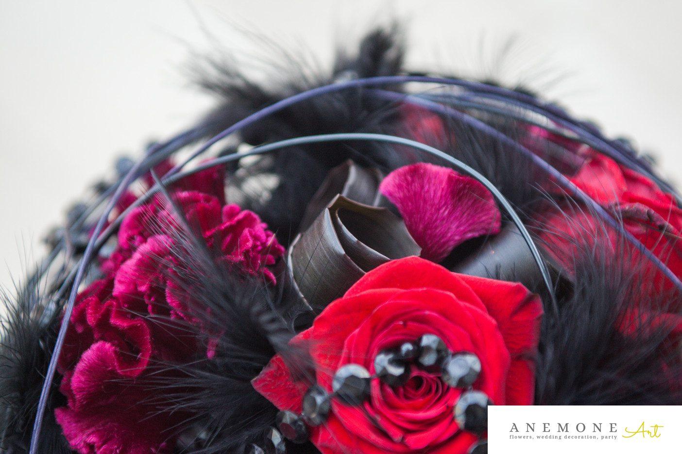 Poza, foto cu Flori de nunta buchet mireasa, detaliu, negru, pene, perle, rosu, rotund, trandafiri, visiniu in Arad, Timisoara, Oradea (wedding flowers, bouquets) nunta Arad, Timisoara, Oradea