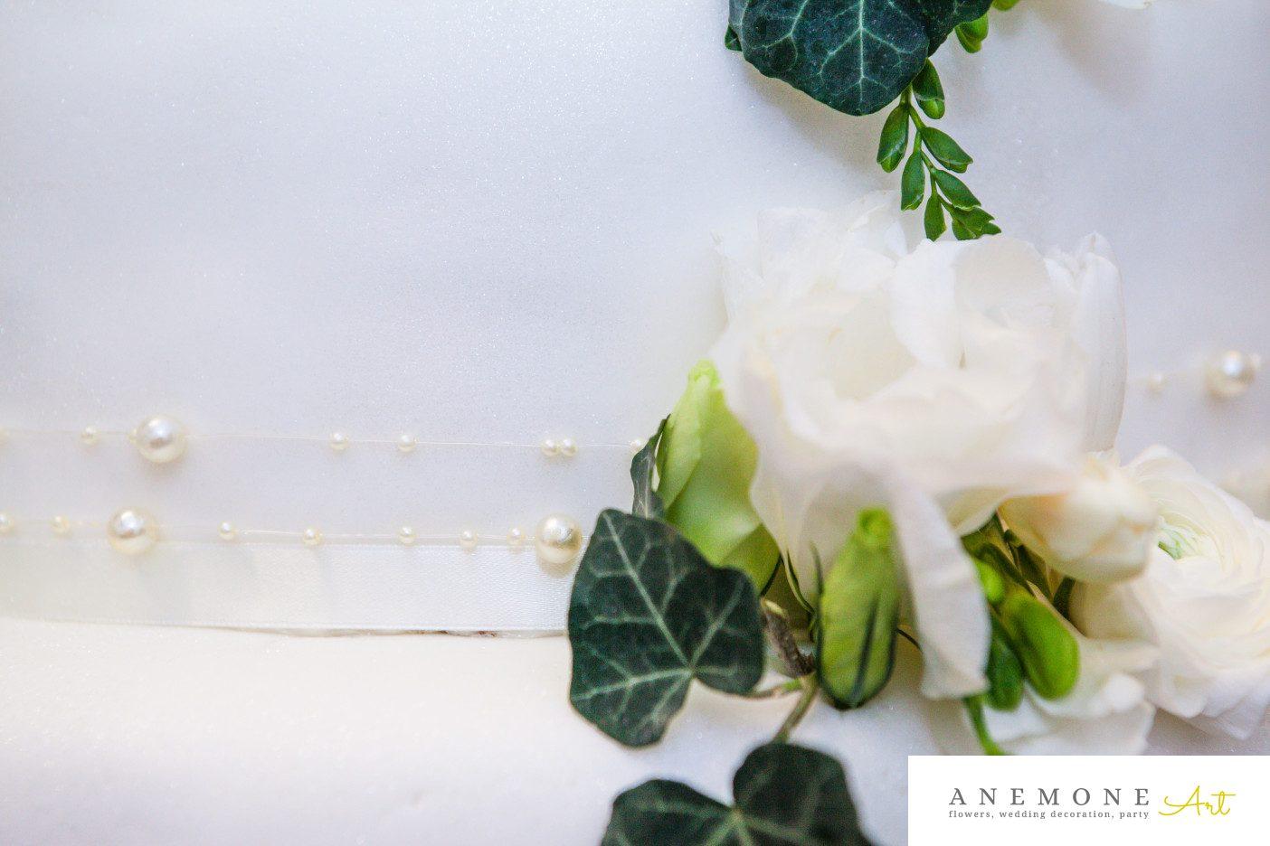 Poza, foto cu Flori de nunta alb, decor tort, detaliu, lisianthus, perle in Arad, Timisoara, Oradea (wedding flowers, bouquets) nunta Arad, Timisoara, Oradea