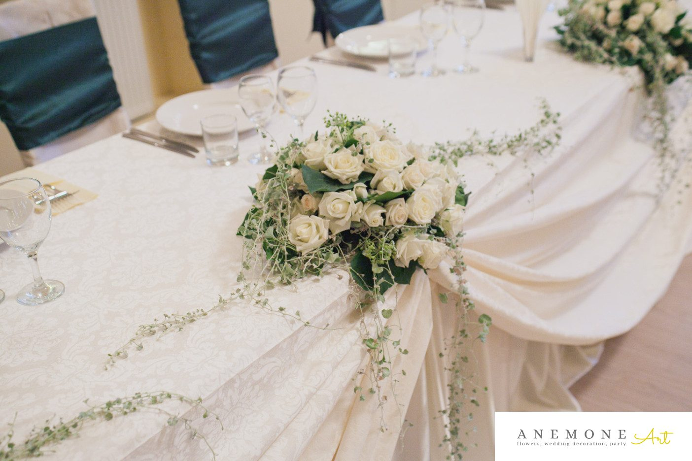 Poza, foto cu Flori de nunta alb, decor masa, prezidiu, trandafiri in Arad, Timisoara, Oradea (wedding flowers, bouquets) nunta Arad, Timisoara, Oradea