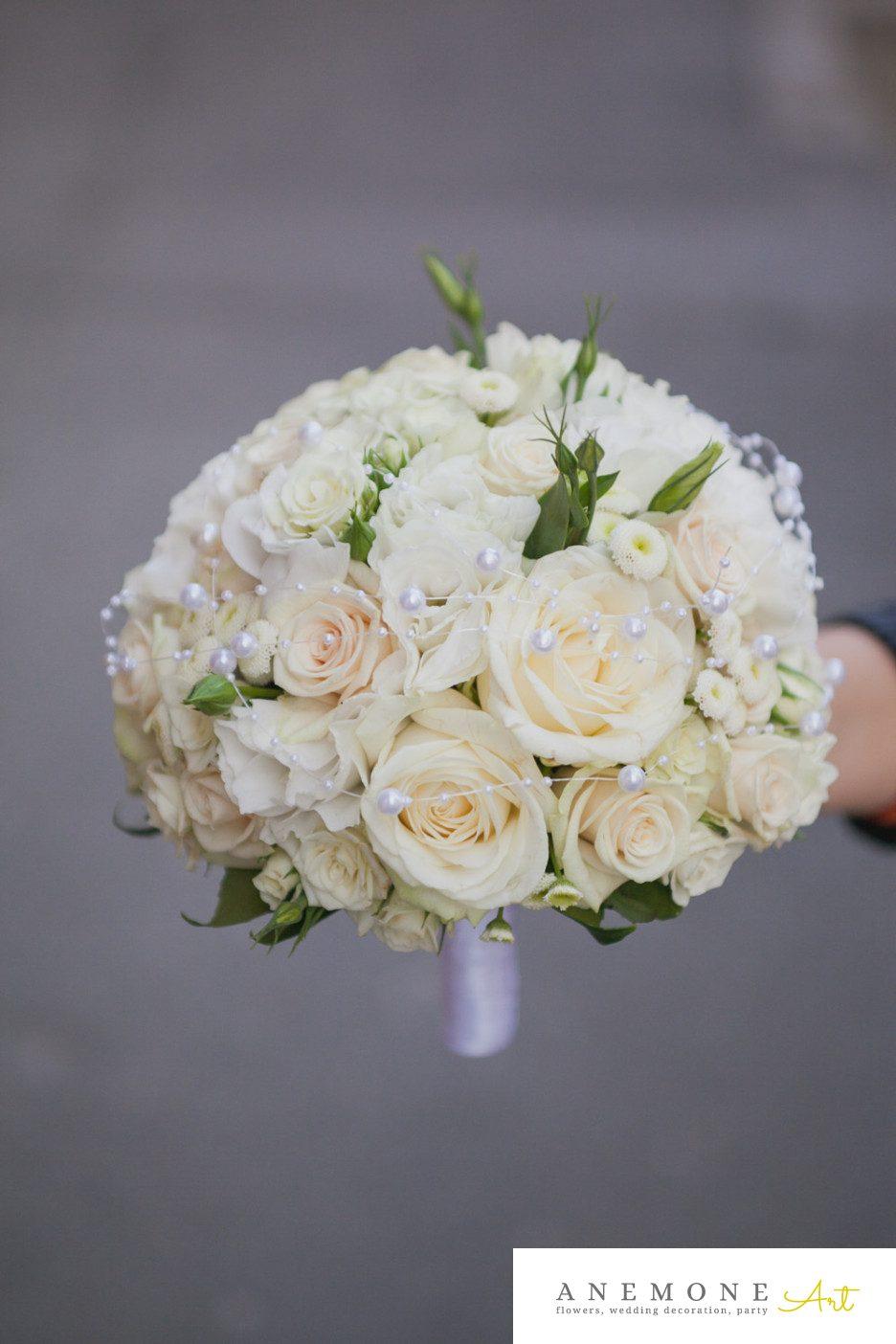 Poza, foto cu Flori de nunta alb, buchet mireasa, crem, lisianthus, matricaria eximia, mini-rosa, perle, trandafiri in Arad, Timisoara, Oradea (wedding flowers, bouquets) nunta Arad, Timisoara, Oradea