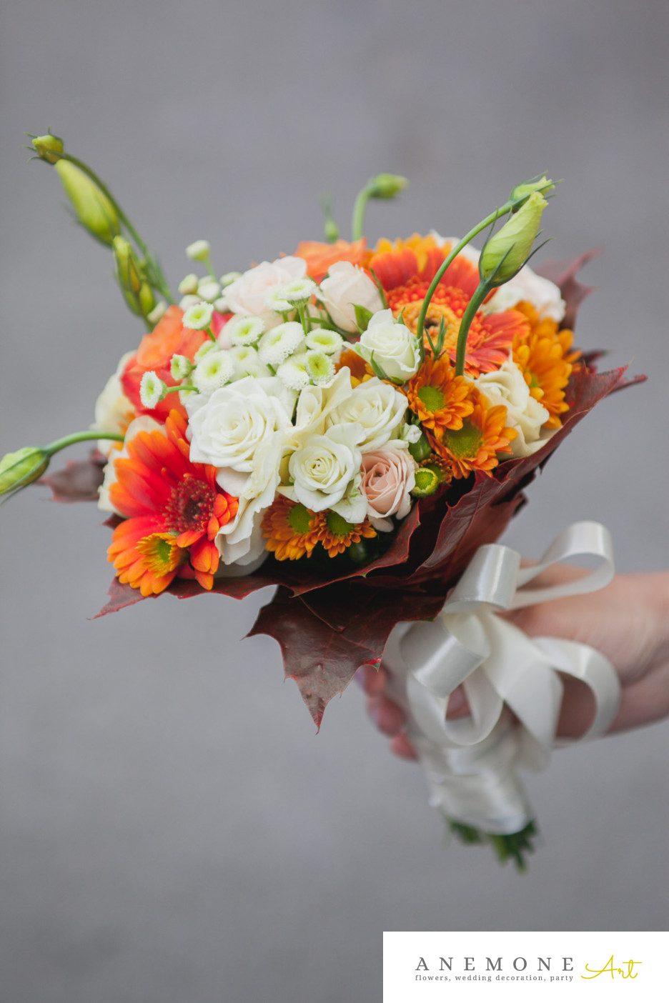 Poza, foto cu Flori de nunta buchet nasa, crem, lisianthus, maro, matricaria eximia, mini-gerbera, mini-rosa, portocaliu in Arad, Timisoara, Oradea (wedding flowers, bouquets) nunta Arad, Timisoara, Oradea