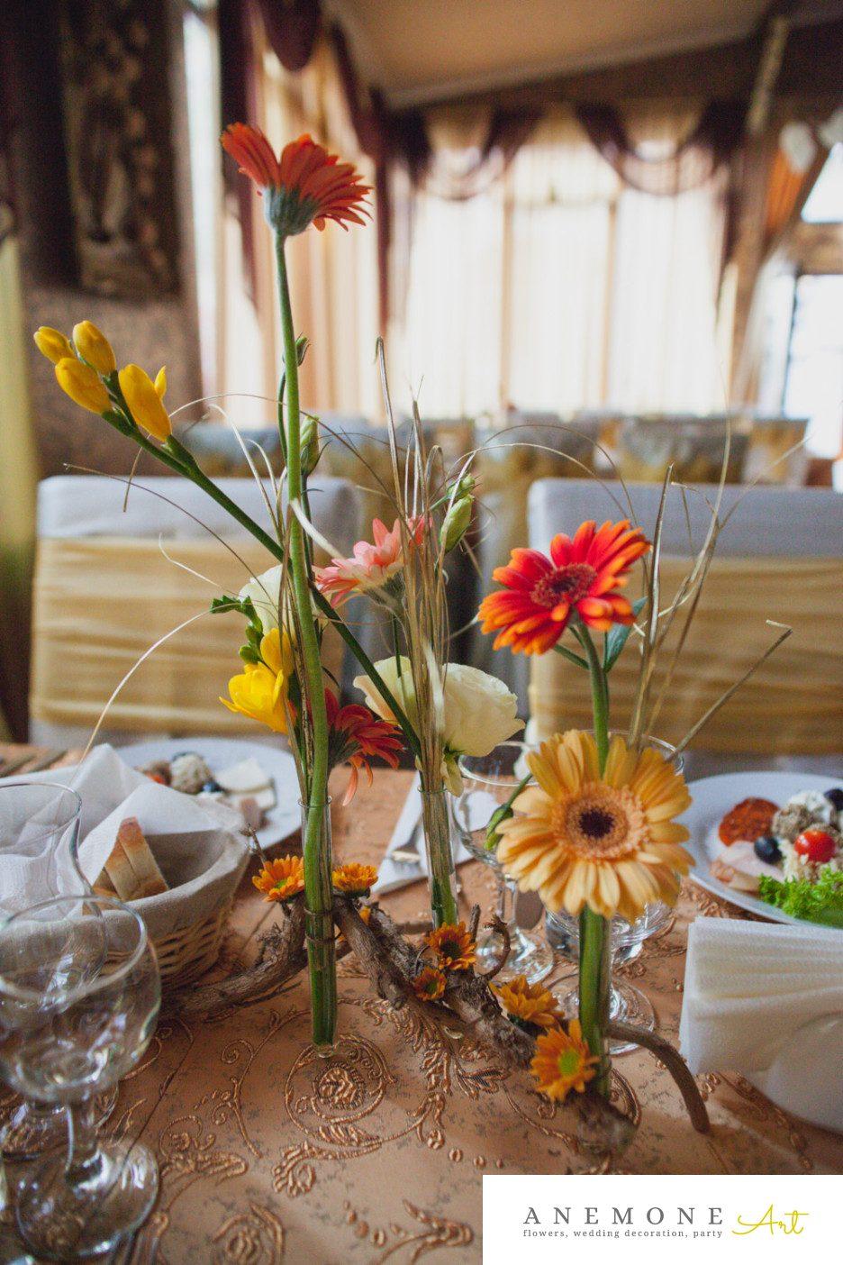Poza, foto cu Flori de nunta crengi, decor masa, frezii, lisianthus, mini-gerbera, portocaliu, toamna in Arad, Timisoara, Oradea (wedding flowers, bouquets) nunta Arad, Timisoara, Oradea