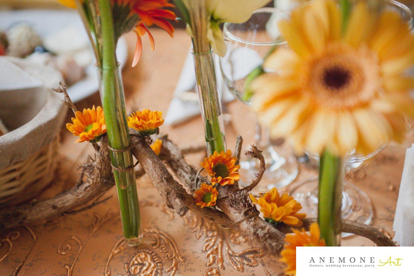 Poza, foto cu Flori de nunta crengi, decor masa, detaliu, frezii, mini-gerbera, portocaliu, toamna in Arad, Timisoara, Oradea (wedding flowers, bouquets) nunta Arad, Timisoara, Oradea