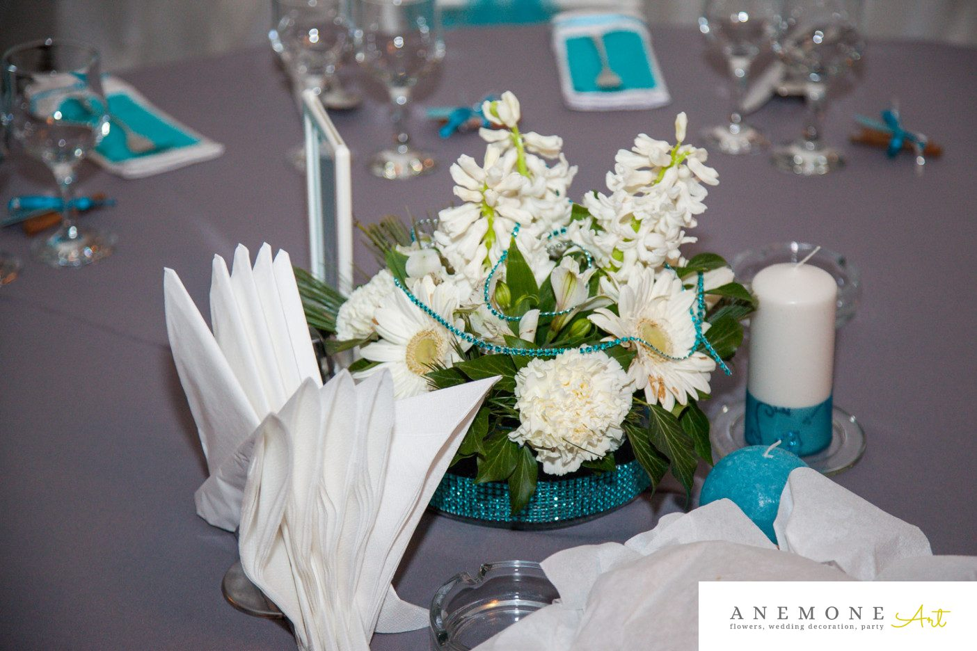 Poza, foto cu Flori de nunta alb, albastru, decor masa in Arad, Timisoara, Oradea (wedding flowers, bouquets) nunta Arad, Timisoara, Oradea