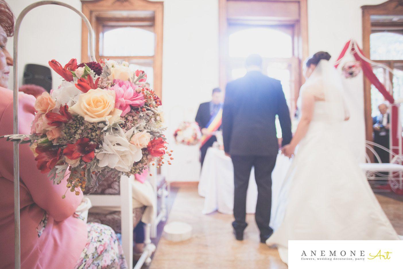 Poza, foto cu Flori de nunta bordo, decor biserica, decor sala, glob, rosu in Arad, Timisoara, Oradea (wedding flowers, bouquets) nunta Arad, Timisoara, Oradea