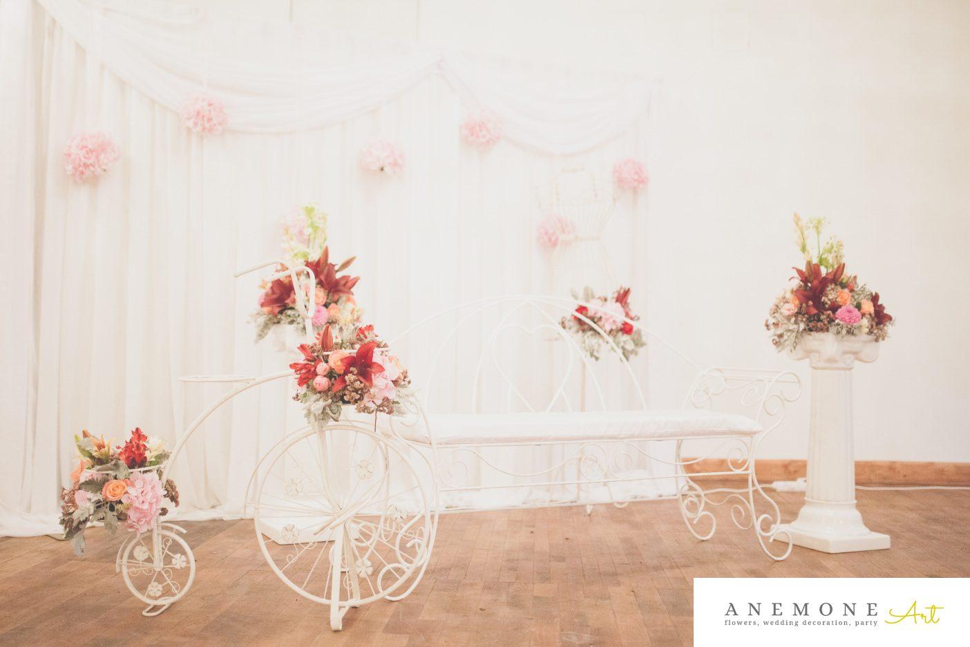 Poza, foto cu Flori de nunta banca, bicicleta, bordo, decor colt photo, rosu, stalp ceramica in Arad, Timisoara, Oradea (wedding flowers, bouquets) nunta Arad, Timisoara, Oradea