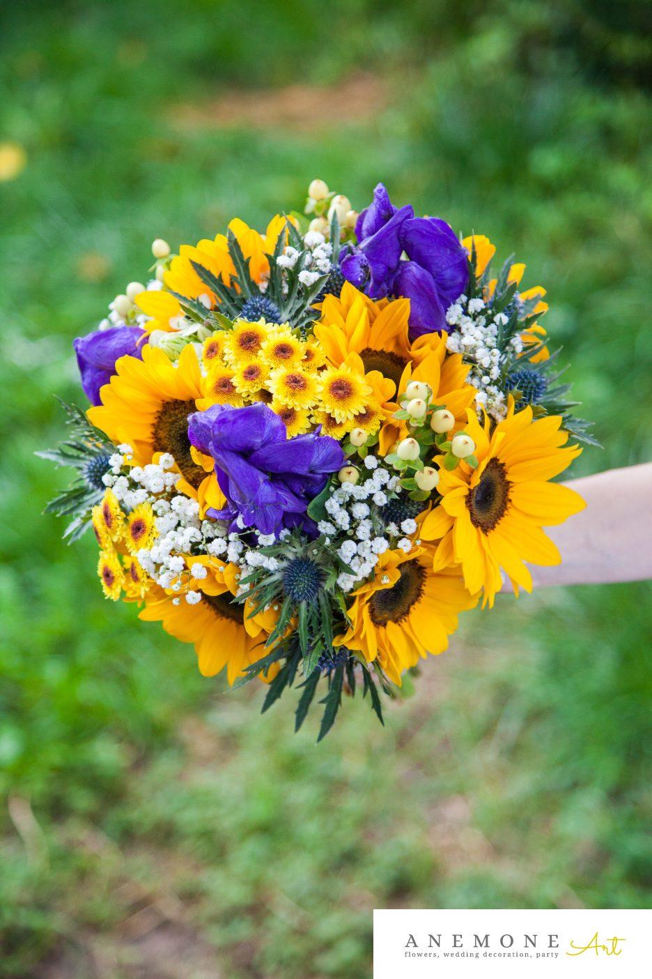 Poza, foto cu Flori de nunta aconitum, albastru, buchet cununie, crizanteme, eryngium, floarea soarelui, galben, gipsofila, legat, rotund, rustic in Arad, Timisoara, Oradea (wedding flowers, bouquets) nunta Arad, Timisoara, Oradea