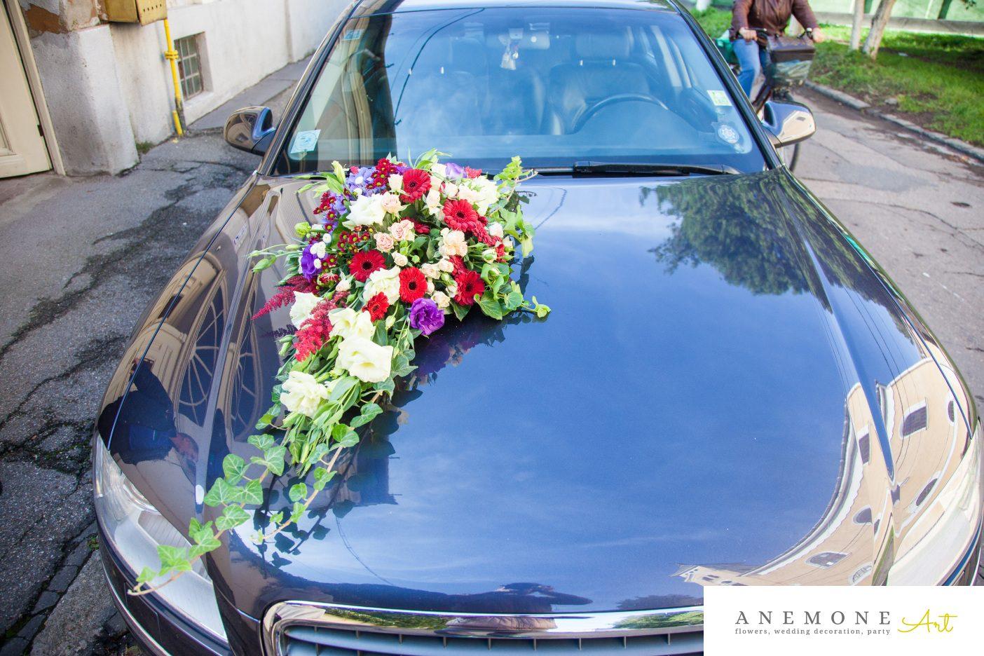 Poza, foto cu Flori de nunta asimetric, decor masina, multicolor, rosu, visiniu in Arad, Timisoara, Oradea (wedding flowers, bouquets) nunta Arad, Timisoara, Oradea