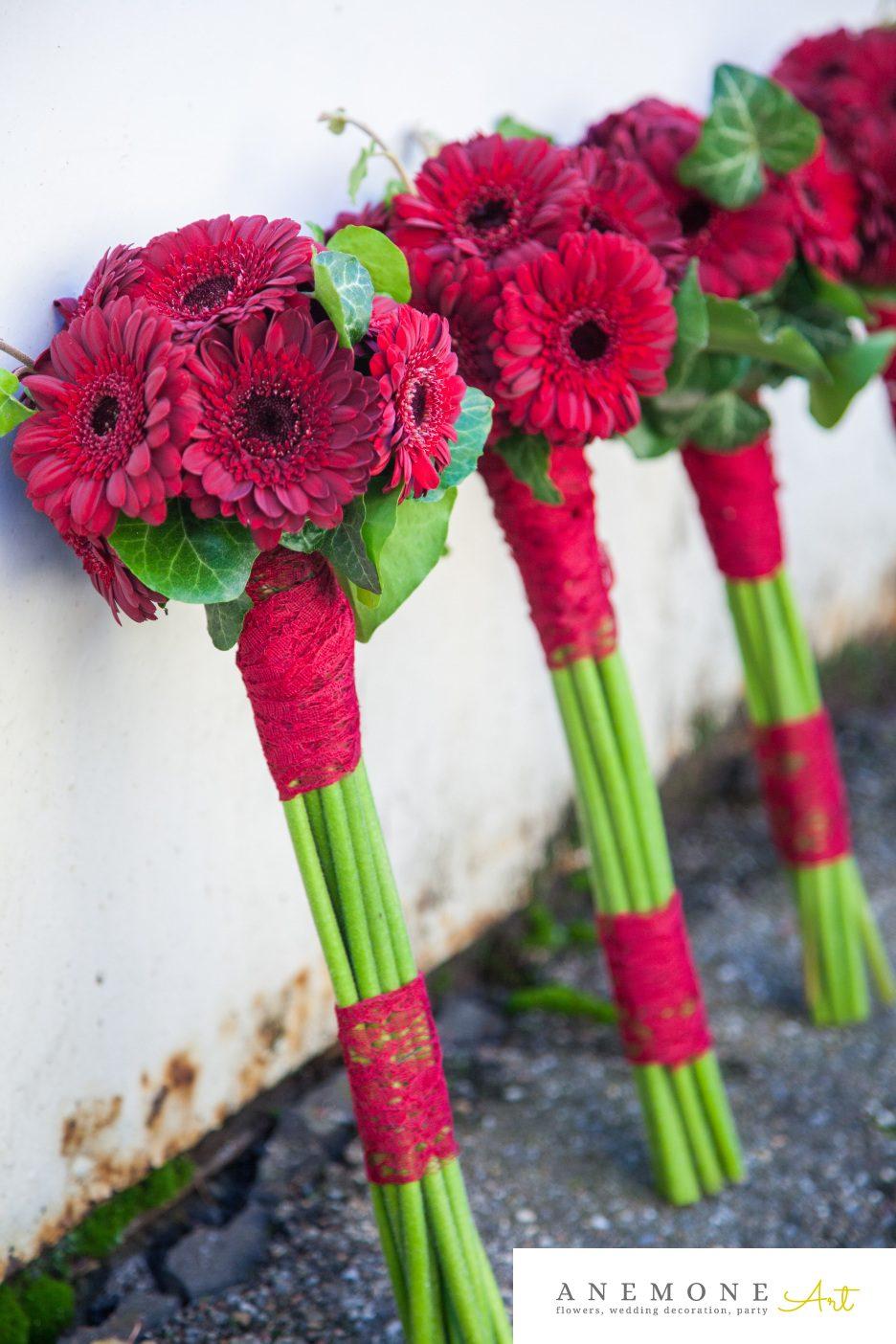 Poza, foto cu Flori de nunta buchet domnisoara, mini-gerbera, rosu, visiniu in Arad, Timisoara, Oradea (wedding flowers, bouquets) nunta Arad, Timisoara, Oradea