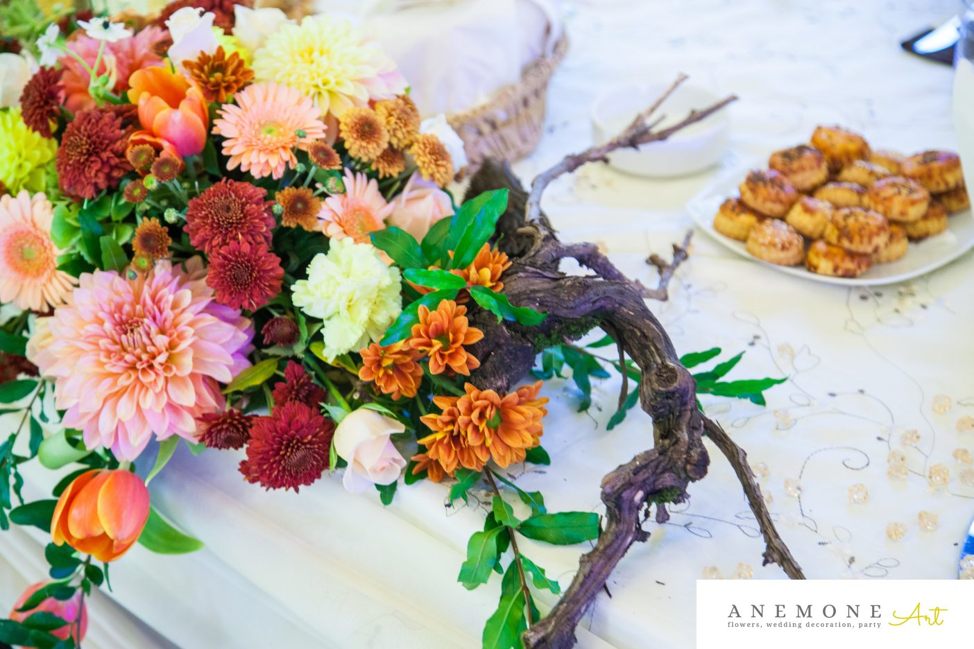 Poza, foto cu Flori de nunta caramiziu, crengi, portocaliu, prezidiu in Arad, Timisoara, Oradea (wedding flowers, bouquets) nunta Arad, Timisoara, Oradea