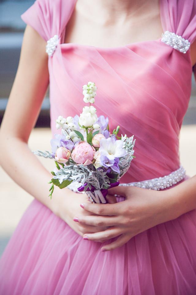 Poza, foto cu Flori de nunta buchet domnisoara, bujori, frezii, legat, mov in Arad, Timisoara, Oradea (wedding flowers, bouquets) nunta Arad, Timisoara, Oradea