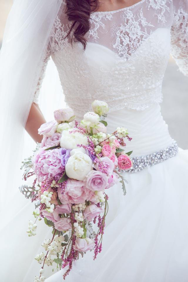 Poza, foto cu Flori de nunta buchet mireasa, bujori, curgator, roz, trandafiri, trandafiri englezesti, verde mint in Arad, Timisoara, Oradea (wedding flowers, bouquets) nunta Arad, Timisoara, Oradea