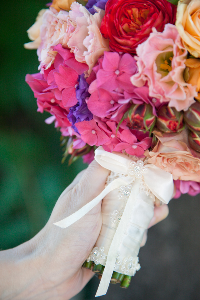 Poza, foto cu Flori de nunta buchet mireasa, glob, hortensia, maner buchet, multicolor, trandafiri in Arad, Timisoara, Oradea (wedding flowers, bouquets) nunta Arad, Timisoara, Oradea