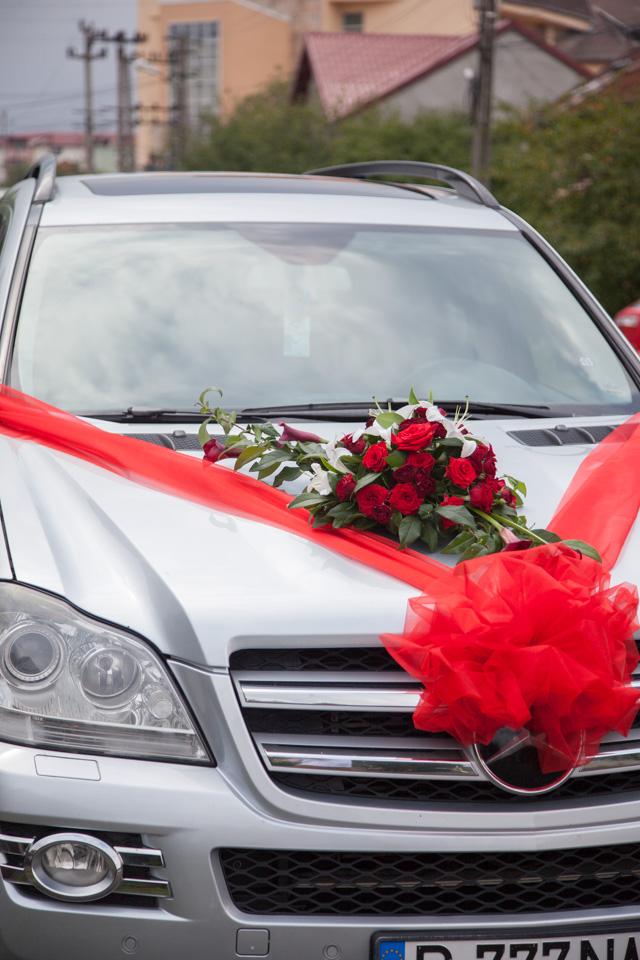 Poza, foto cu Flori de nunta asimetric, decor masina, rosu, visiniu in Arad, Timisoara, Oradea (wedding flowers, bouquets) nunta Arad, Timisoara, Oradea