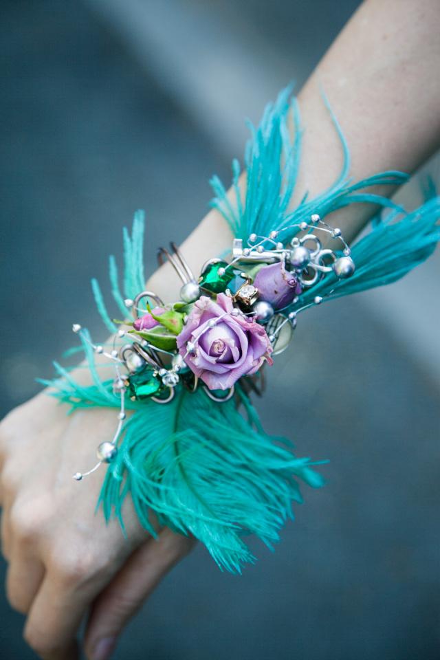 Poza, foto cu Flori de nunta bratara, mov, pene, perle, verde in Arad, Timisoara, Oradea (wedding flowers, bouquets) nunta Arad, Timisoara, Oradea