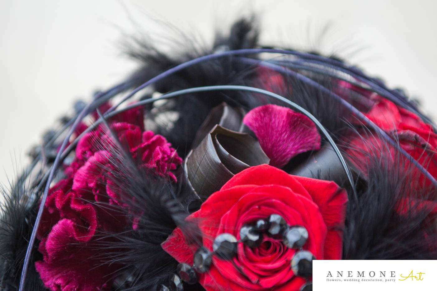 Poza, foto cu Flori de nunta buchet mireasa, detaliu, negru, pene, perle, rosu, rotund, visiniu in Arad, Timisoara, Oradea (wedding flowers, bouquets) nunta Arad, Timisoara, Oradea