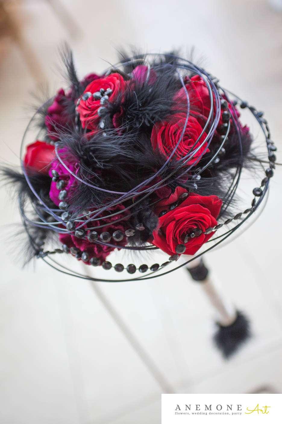 Poza, foto cu Flori de nunta buchet mireasa, negru, pene, perle, rosu, rotund, visiniu in Arad, Timisoara, Oradea (wedding flowers, bouquets) nunta Arad, Timisoara, Oradea