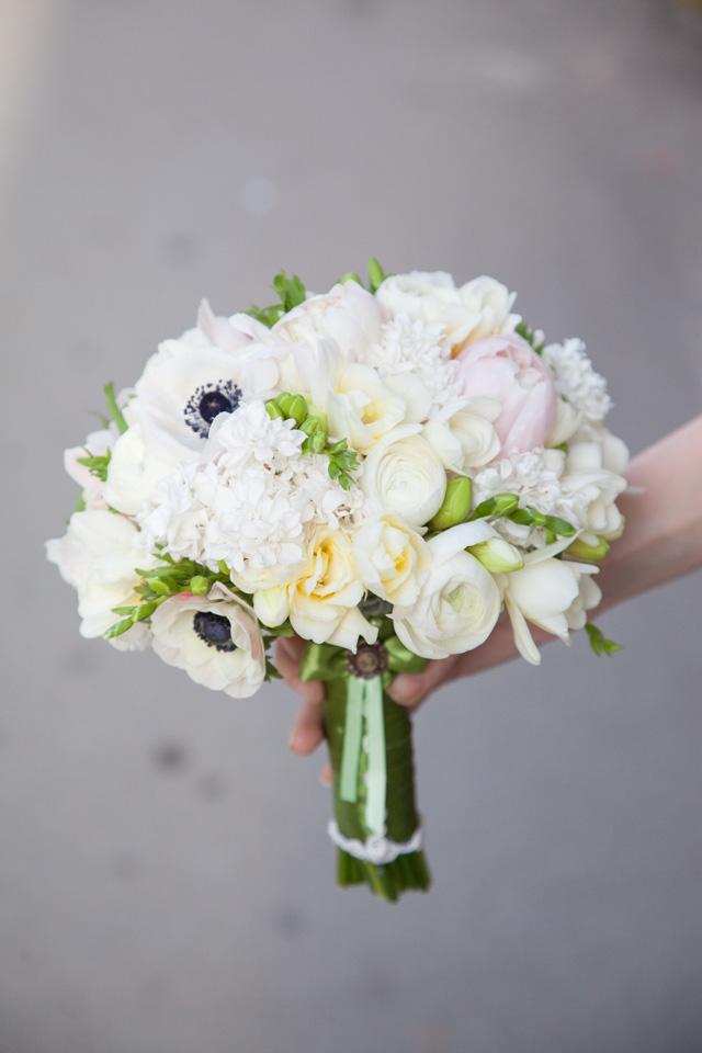 Poza, foto cu Flori de nunta alb, anemone, buchet mireasa, frezii, liliac, ranunculus, verde in Arad, Timisoara, Oradea (wedding flowers, bouquets) nunta Arad, Timisoara, Oradea