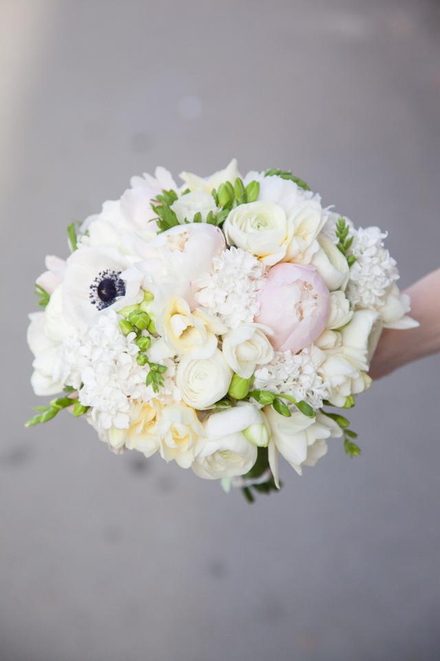 Poza, foto cu Flori de nunta alb, anemone, buchet mireasa, frezii, liliac, ranunculus in Arad, Timisoara, Oradea (wedding flowers, bouquets) nunta Arad, Timisoara, Oradea