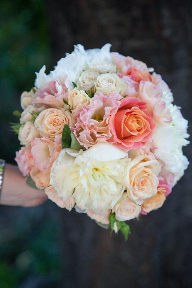 Poza, foto cu Flori de nunta alb, buchet mireasa, bujori, lisianthus, mini-rosa, piersica, rotund in Arad, Timisoara, Oradea (wedding flowers, bouquets) nunta Arad, Timisoara, Oradea