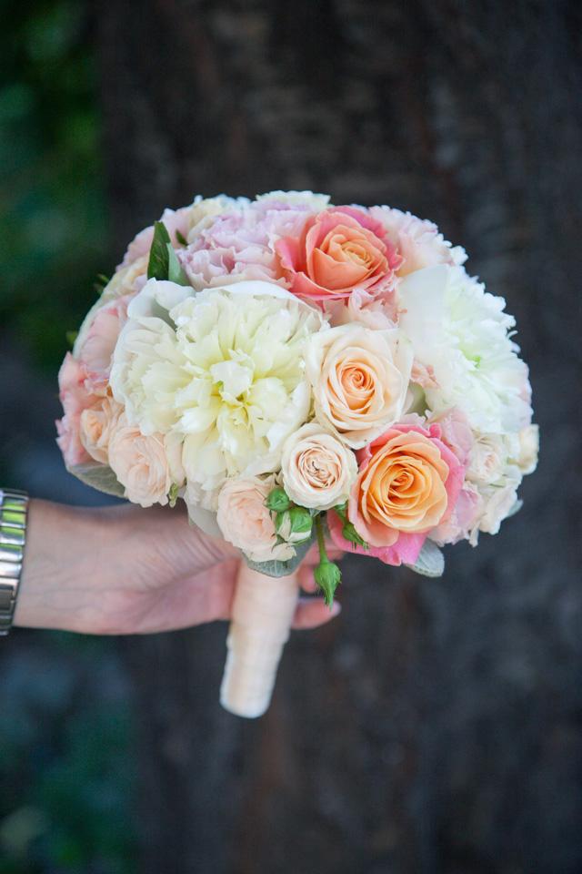 Poza, foto cu Flori de nunta alb, buchet mireasa, bujori, lisianthus, maner buchet, mini-rosa, piersica, rotund in Arad, Timisoara, Oradea (wedding flowers, bouquets) nunta Arad, Timisoara, Oradea