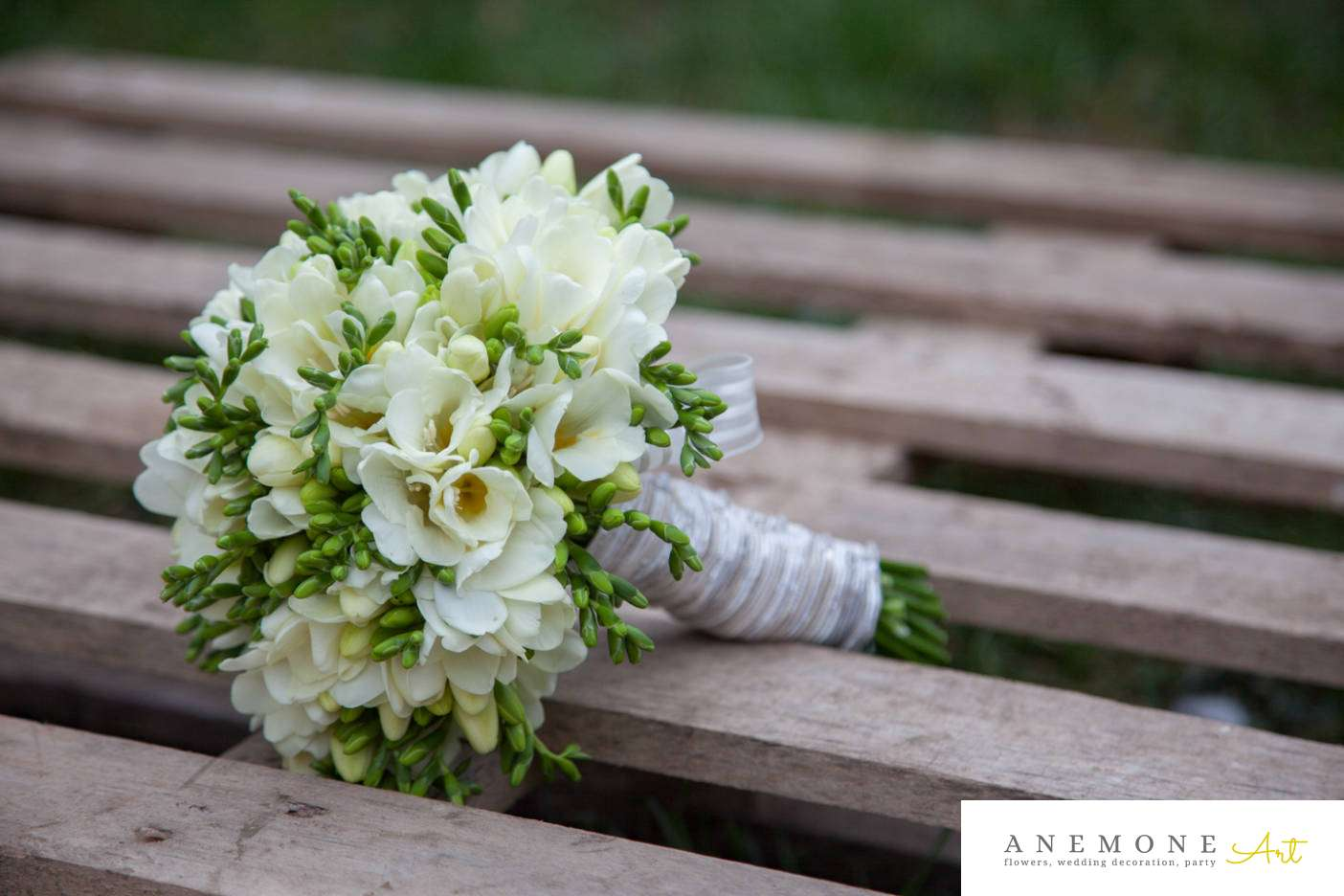 Poza, foto cu Flori de nunta alb, buchet mireasa, frezii, rotund in Arad, Timisoara, Oradea (wedding flowers, bouquets) nunta Arad, Timisoara, Oradea