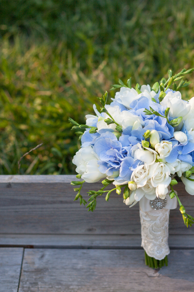 Poza, foto cu Flori de nunta alb, albastru, buchet mireasa, frezii, hortensia, rotund in Arad, Timisoara, Oradea (wedding flowers, bouquets) nunta Arad, Timisoara, Oradea