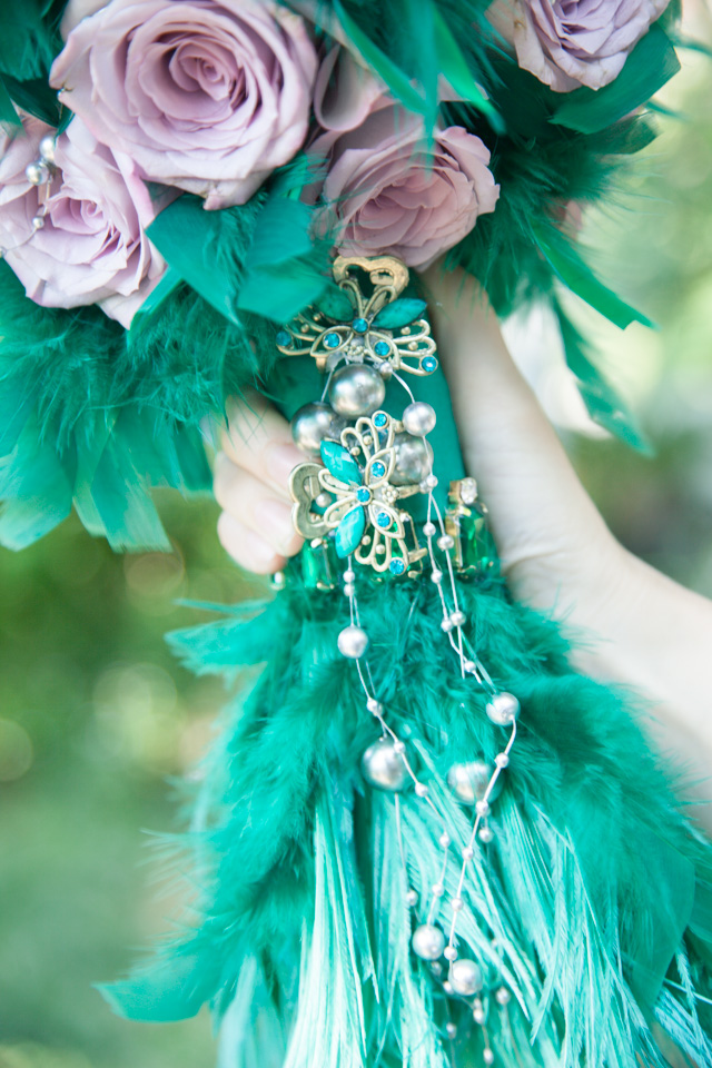 Poza, foto cu Flori de nunta buchet mireasa, mov, pene, perle, verde in Arad, Timisoara, Oradea (wedding flowers, bouquets) nunta Arad, Timisoara, Oradea