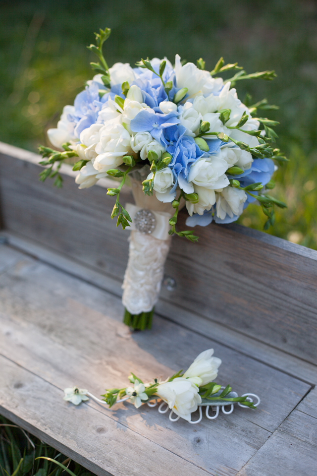 Poza, foto cu Flori de nunta alb, albastru, buchet mireasa, cocarda, frezii, hortensia, rotund in Arad, Timisoara, Oradea (wedding flowers, bouquets) nunta Arad, Timisoara, Oradea