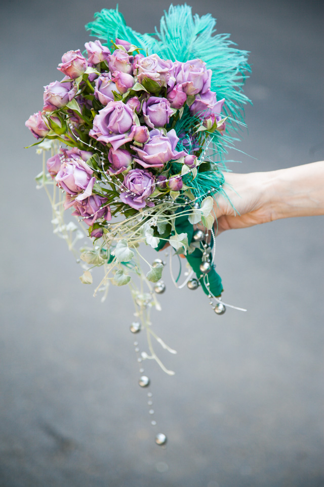 Poza, foto cu Flori de nunta buchet nasa, mov, pene, perle, verde in Arad, Timisoara, Oradea (wedding flowers, bouquets) nunta Arad, Timisoara, Oradea