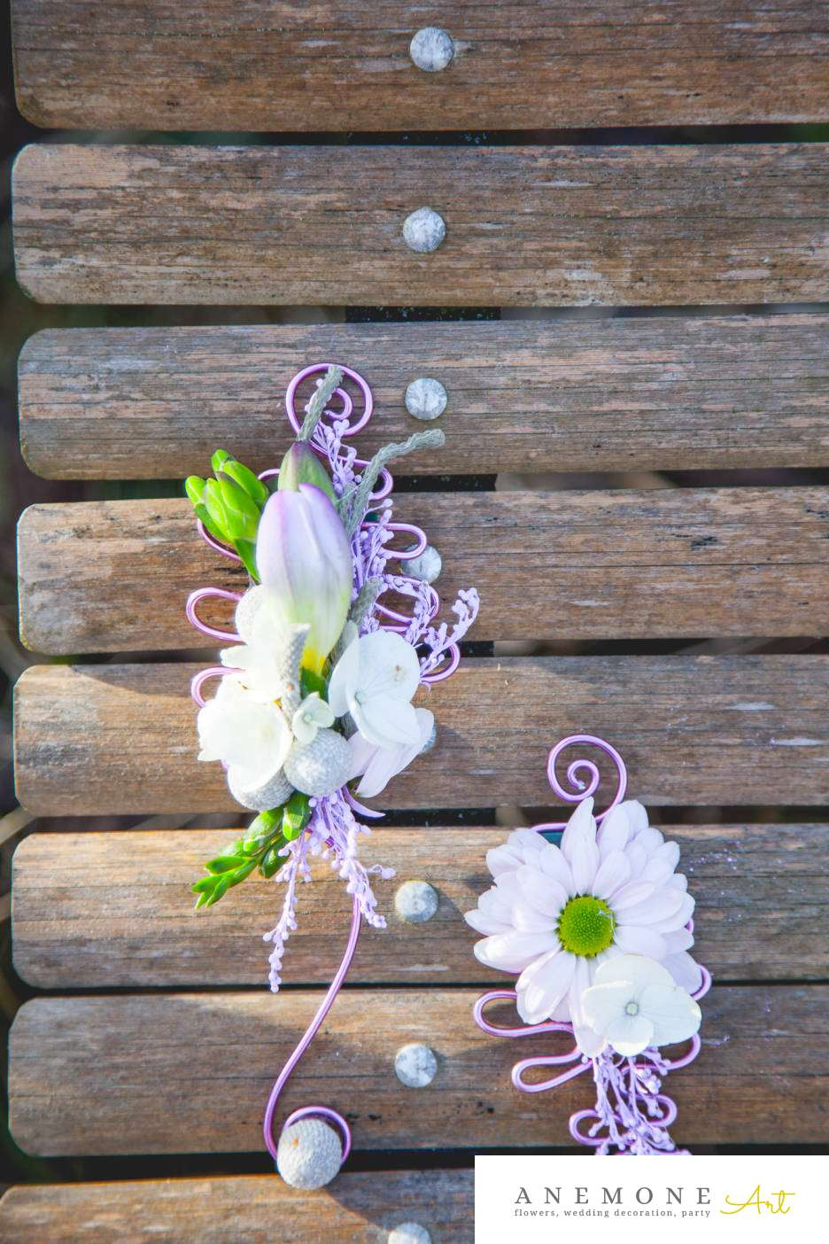 Poza, foto cu Flori de nunta alb, brunia, cocarda, crizanteme, frezii, mov in Arad, Timisoara, Oradea (wedding flowers, bouquets) nunta Arad, Timisoara, Oradea