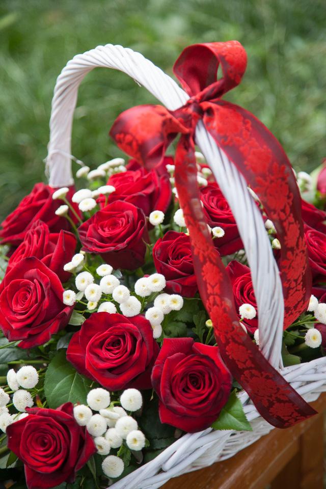 Poza, foto cu Flori de nunta cos cadou, rosu, trandafiri, visiniu in Arad, Timisoara, Oradea (wedding flowers, bouquets) nunta Arad, Timisoara, Oradea
