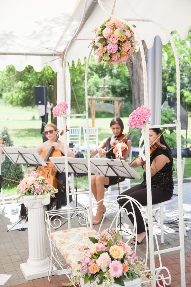 Poza, foto cu Flori de nunta arcada, banca, decor biserica, stalp ceramica in Arad, Timisoara, Oradea (wedding flowers, bouquets) nunta Arad, Timisoara, Oradea
