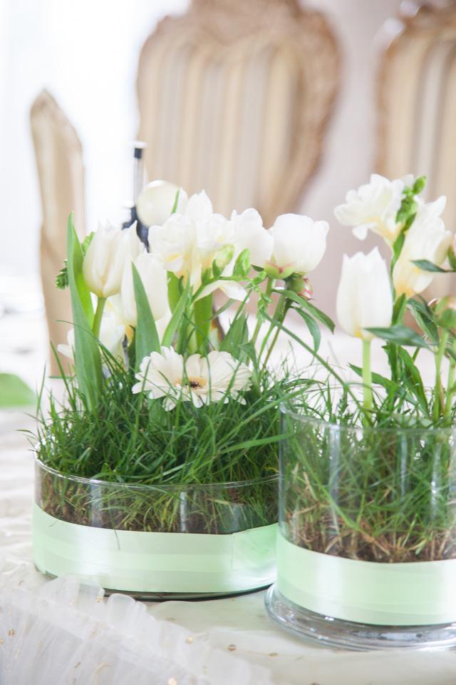 Poza, foto cu Flori de nunta alb, bujori, decor masa, frezii, iarba, lalele in Arad, Timisoara, Oradea (wedding flowers, bouquets) nunta Arad, Timisoara, Oradea