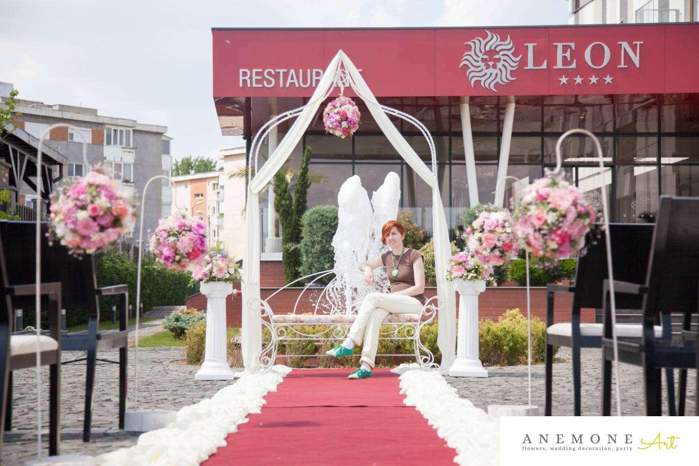 Poza, foto cu Flori de nunta arcada, banca, decor biserica in Arad, Timisoara, Oradea (wedding flowers, bouquets) nunta Arad, Timisoara, Oradea