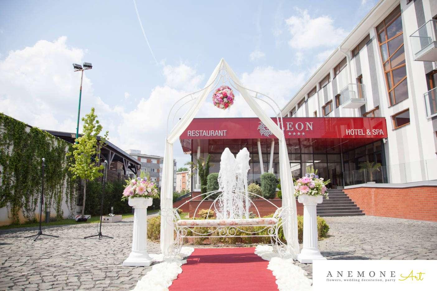 Poza, foto cu Flori de nunta arcada, decor biserica, glob, roz, stalp ceramica in Arad, Timisoara, Oradea (wedding flowers, bouquets) nunta Arad, Timisoara, Oradea