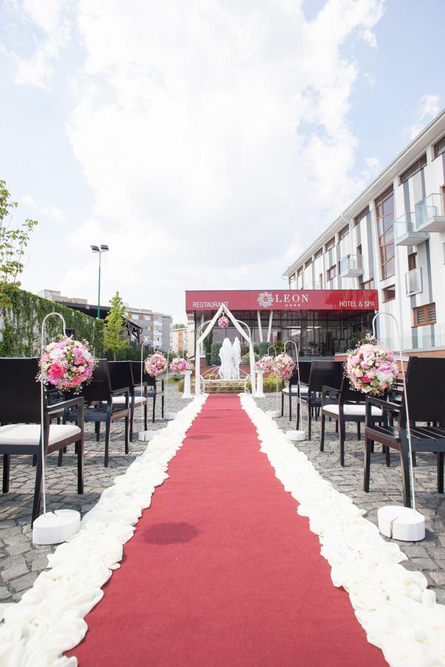 Poza, foto cu Flori de nunta arcada, banca, decor biserica, glob, roz in Arad, Timisoara, Oradea (wedding flowers, bouquets) nunta Arad, Timisoara, Oradea