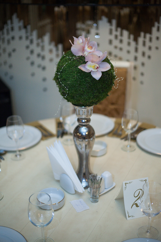 Poza, foto cu Flori de nunta decor masa, glob, muschi, orhidee, vila carol in Arad, Timisoara, Oradea (wedding flowers, bouquets) nunta Arad, Timisoara, Oradea