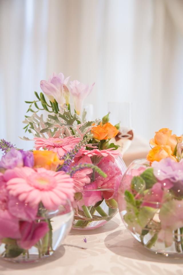 Poza, foto cu Flori de nunta bol sticla, decor sala, hotel continental, piersica, prezidiu, roz in Arad, Timisoara, Oradea (wedding flowers, bouquets) nunta Arad, Timisoara, Oradea