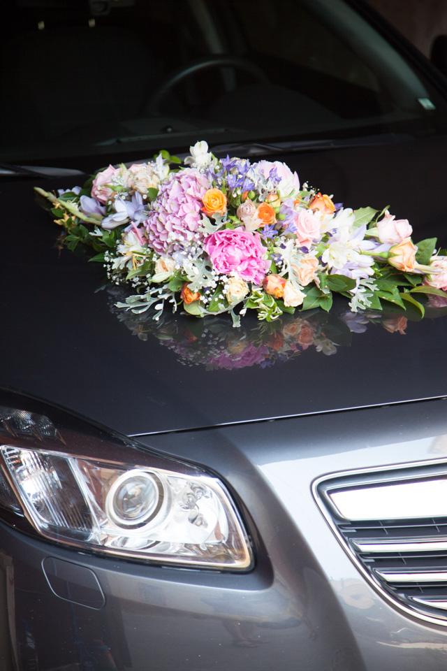 Poza, foto cu Flori de nunta asimetric, decor masina, multicolor, pastel in Arad, Timisoara, Oradea (wedding flowers, bouquets) nunta Arad, Timisoara, Oradea