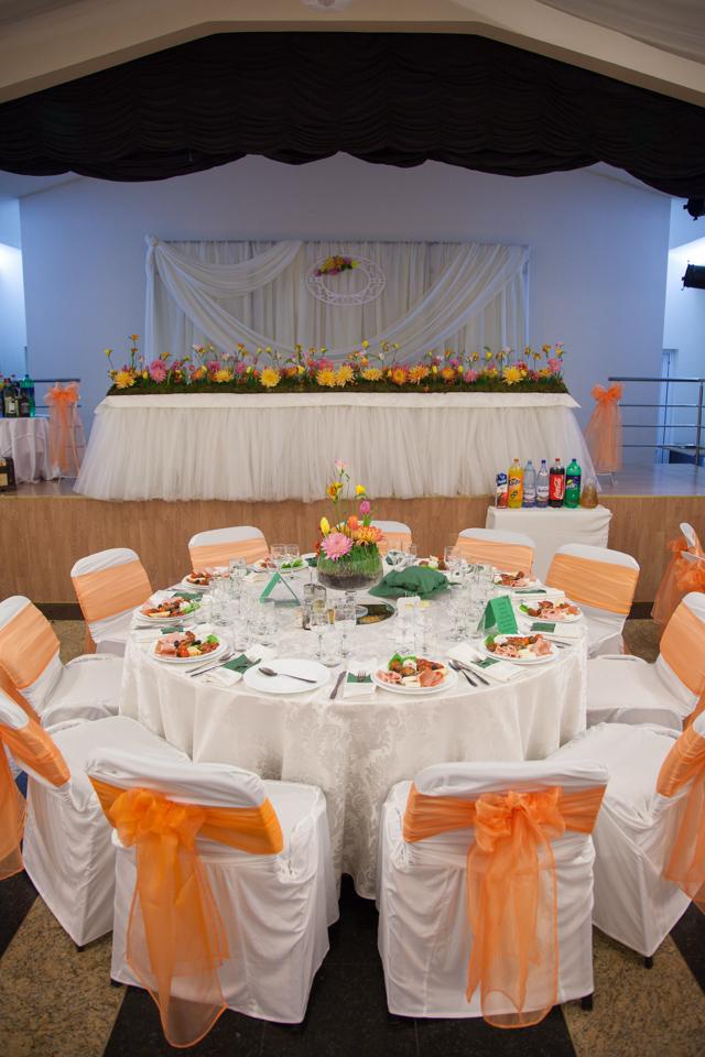 Poza, foto cu Flori de nunta casa jelen haz, dalia, decor sala, frezii, iarba, lalele, multicolor, prezidiu in Arad, Timisoara, Oradea (wedding flowers, bouquets) nunta Arad, Timisoara, Oradea
