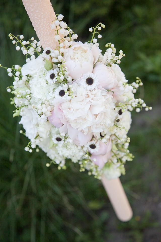 Poza, foto cu Flori de nunta alb, bujori, lacramioare, lisianthus, lumanare botez, santini in Arad, Timisoara, Oradea (wedding flowers, bouquets) nunta Arad, Timisoara, Oradea