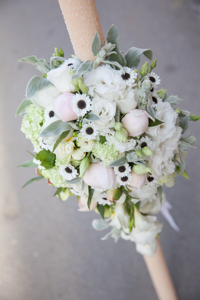 Poza, foto cu Flori de nunta asimetric, bujori, lisianthus, lumanare cununie, santini in Arad, Timisoara, Oradea (wedding flowers, bouquets) nunta Arad, Timisoara, Oradea