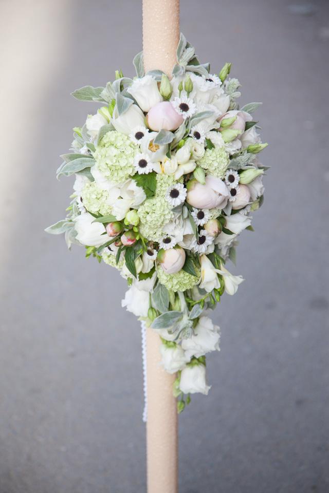Poza, foto cu Flori de nunta asimetric, bujori, frezii, lisianthus, lumanare cununie, santini in Arad, Timisoara, Oradea (wedding flowers, bouquets) nunta Arad, Timisoara, Oradea