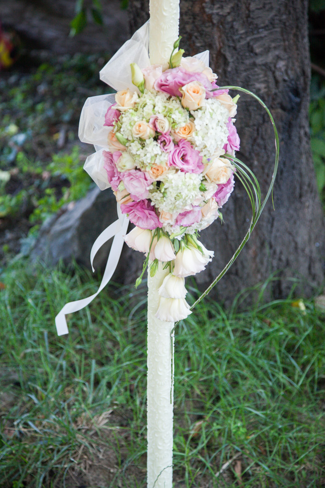 Poza, foto cu Flori de nunta asimetric, hortensia, lisianthus, lumanare cununie, pastel, piersica, roz, trandafiri in Arad, Timisoara, Oradea (wedding flowers, bouquets) nunta Arad, Timisoara, Oradea