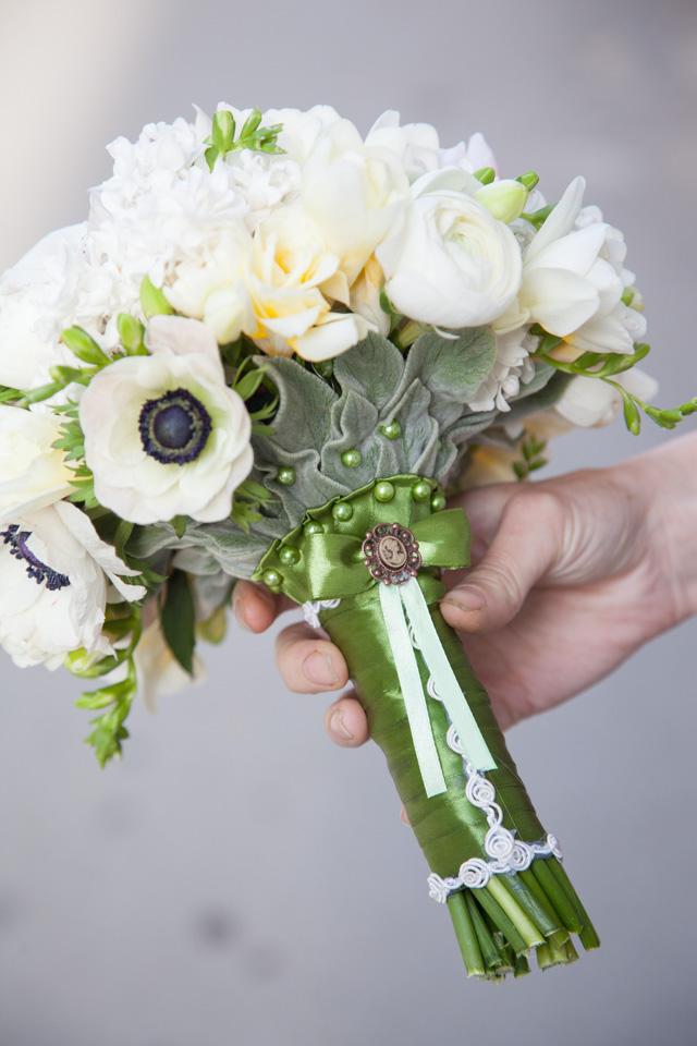 Poza, foto cu Flori de nunta alb, anemone, buchet mireasa, frezii, liliac, maner buchet, ranunculus, verde in Arad, Timisoara, Oradea (wedding flowers, bouquets) nunta Arad, Timisoara, Oradea