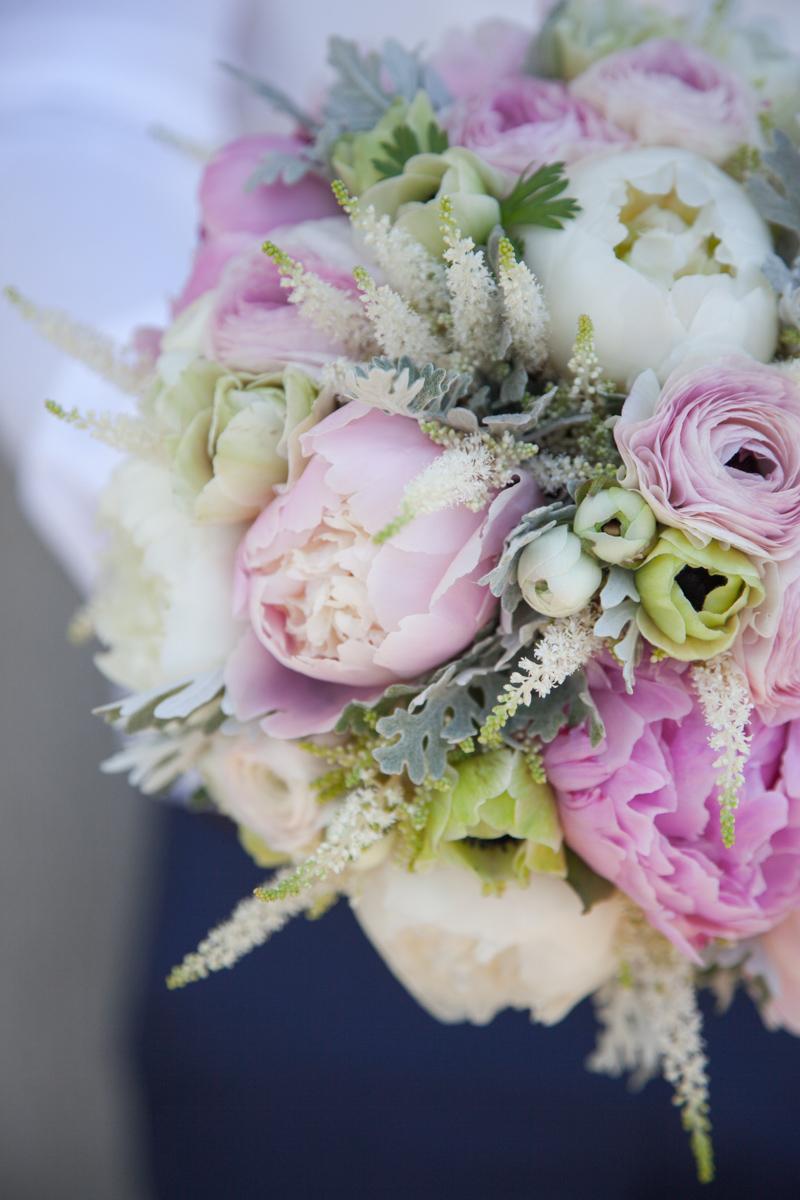 Poza, foto cu Flori de nunta anemone, astilbe, buchet mireasa, bujori, detaliu, ranunculus, rotund, roz in Arad, Timisoara, Oradea (wedding flowers, bouquets) nunta Arad, Timisoara, Oradea
