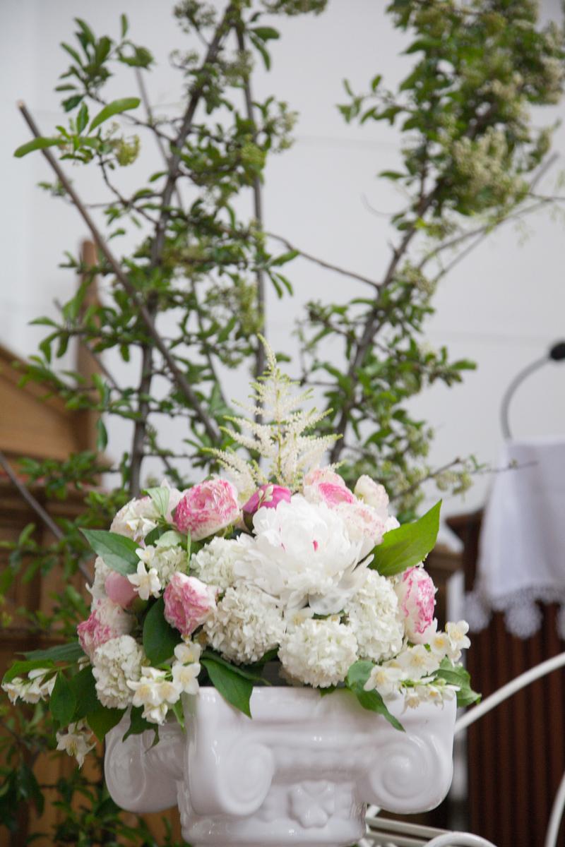Poza, foto cu Flori de nunta bujori, decor biserica, ranunculus, stalp ceramica in Arad, Timisoara, Oradea (wedding flowers, bouquets) nunta Arad, Timisoara, Oradea