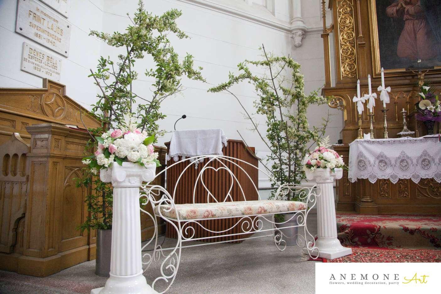 Poza, foto cu Flori de nunta banca, decor biserica, stalp ceramica in Arad, Timisoara, Oradea (wedding flowers, bouquets) nunta Arad, Timisoara, Oradea