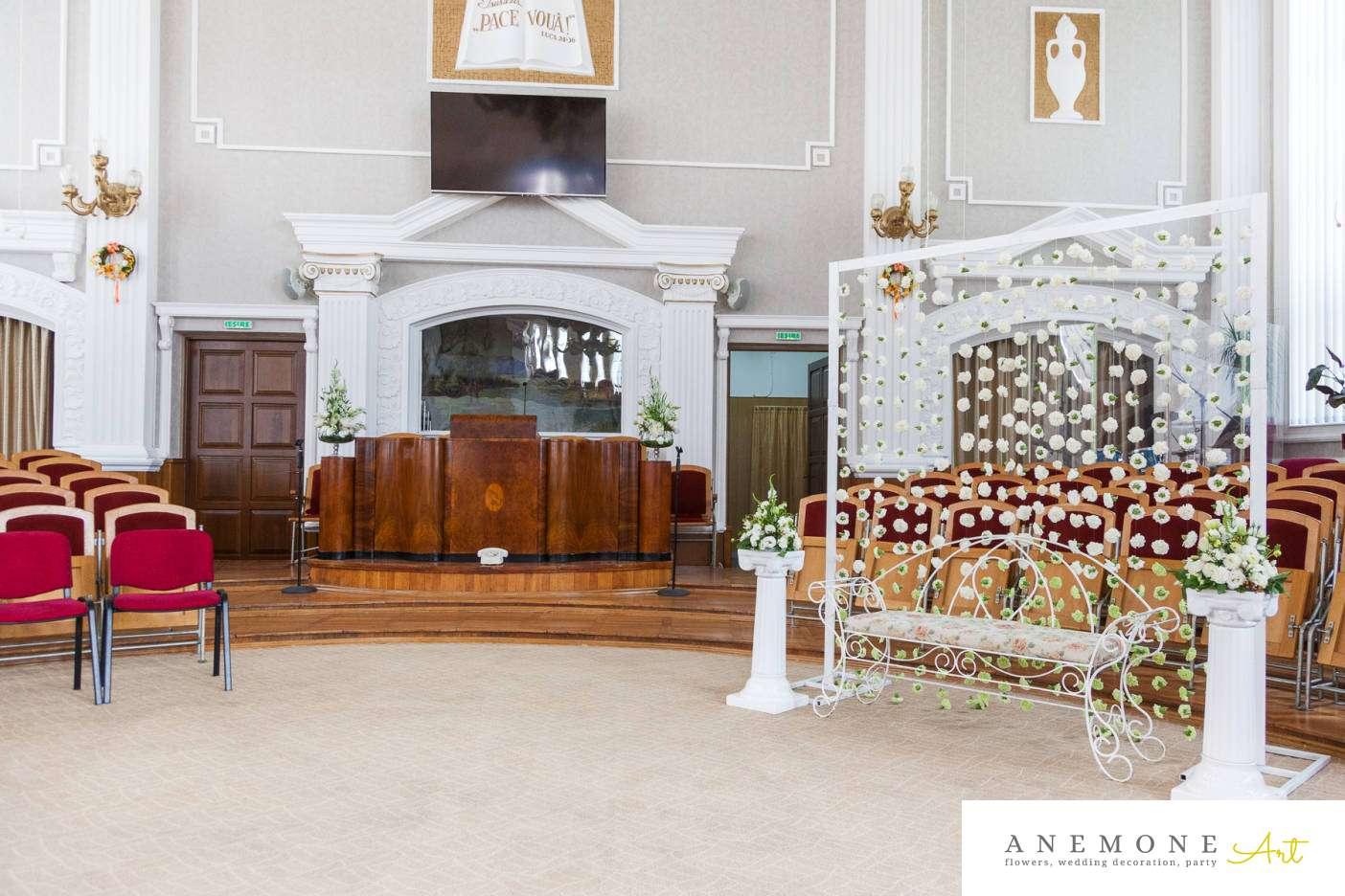 Poza, foto cu Flori de nunta banca, biserica speranta, decor biserica, perdea flori in Arad, Timisoara, Oradea (wedding flowers, bouquets) nunta Arad, Timisoara, Oradea